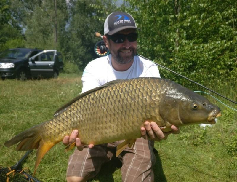 Gros poisson pris en pêche de la carpe à la mouche