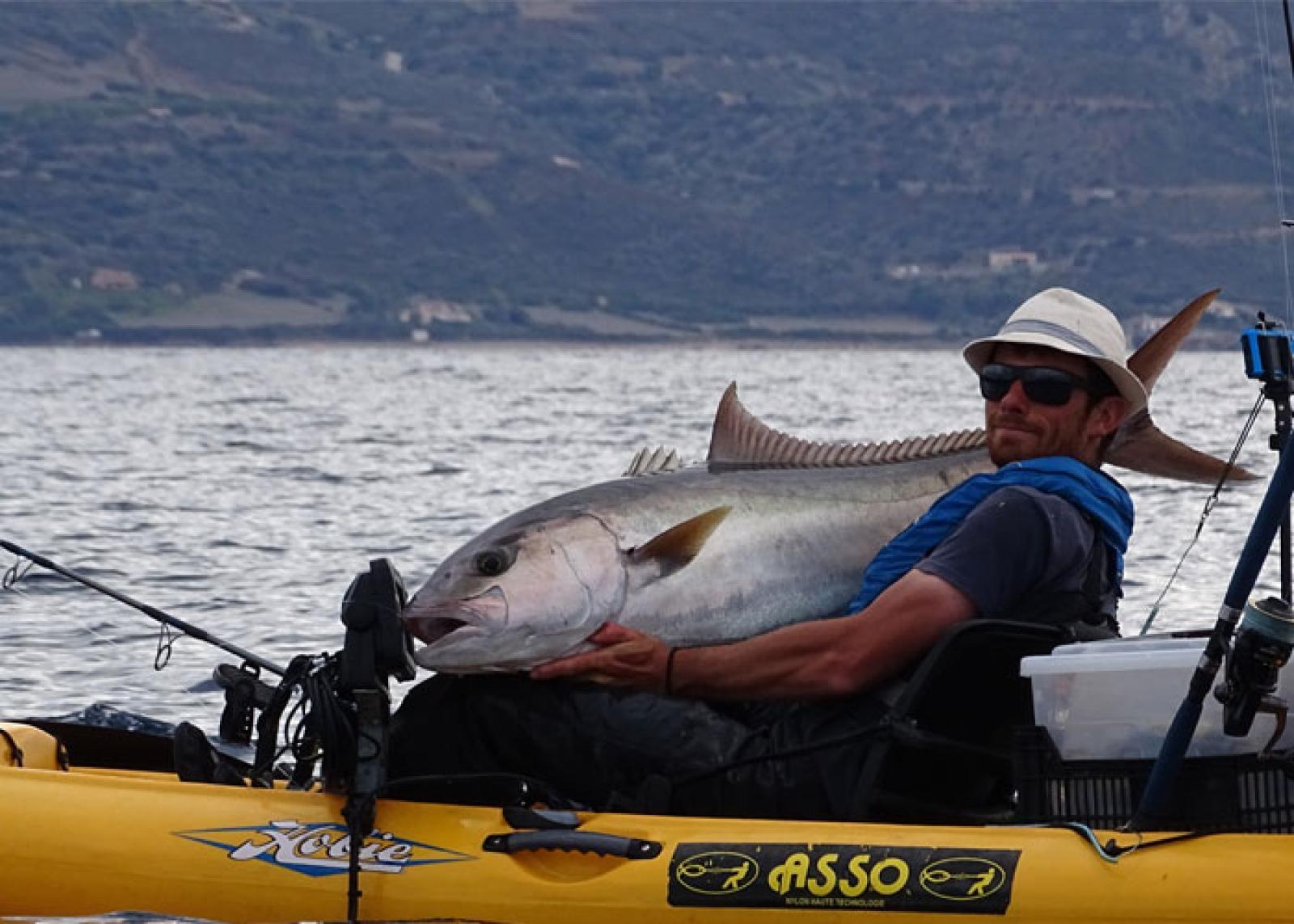 peche de gros poissons en corse a bord d'un kayak